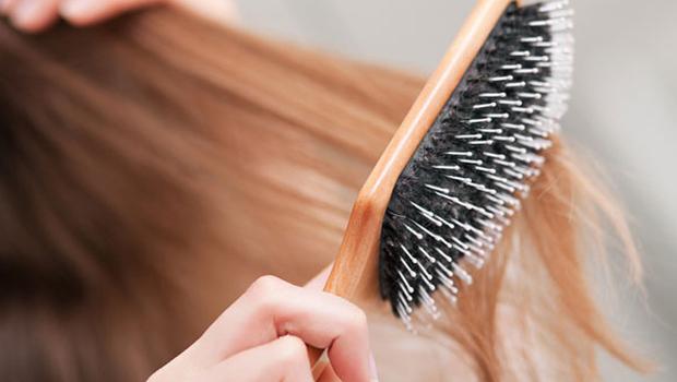 الطريقة المثالية لتنظيف فرشاة الشعر