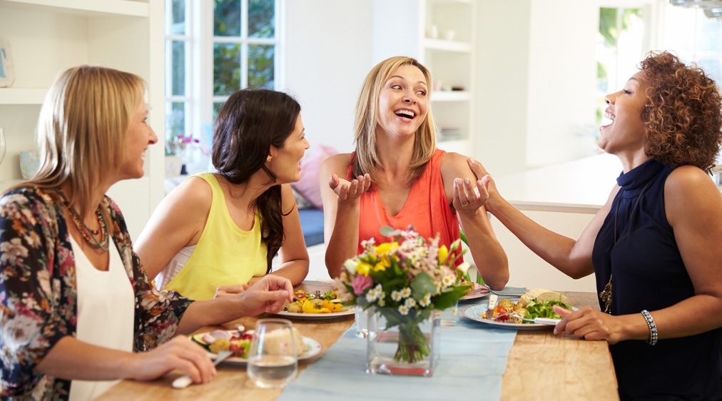أخطاء شائعة كثيرة عليكِ الابتعاد عنها في إتيكيت تناول الطعام