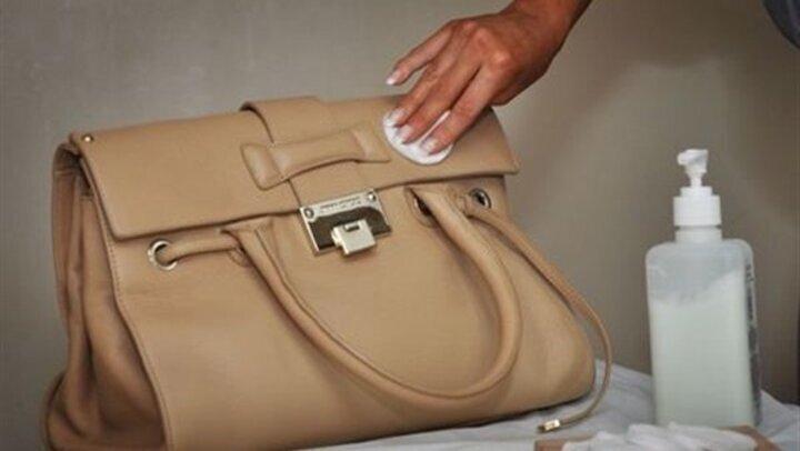 3 طرق آمنة لتنظيف الحقيبة الجلد
